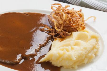 Отварная телятина в соусе с картофельным пюре