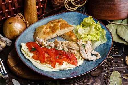 Скрембл с куриным филе и томатами