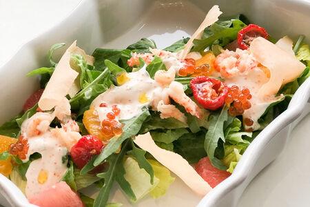 Салат с раковыми шейками, цитрусами и икорным соусом