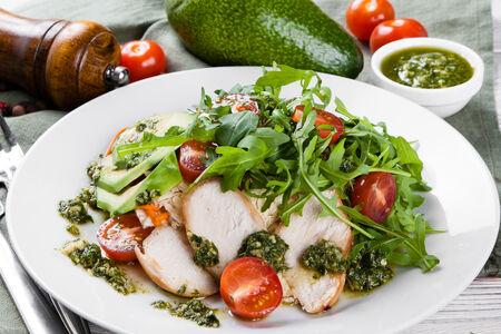 Салат с рукколой, авокадо и курицей