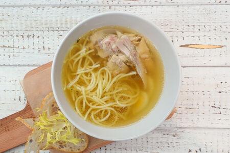 Куриный суп с лапшой и пшеничными гренками