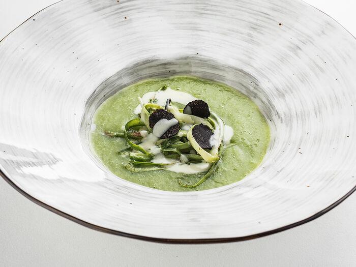 Крем-суп из спаржи с яйцом пашот и черным трюфелем