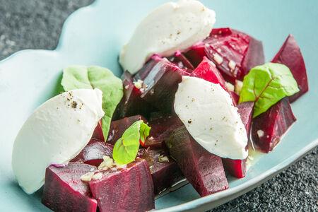 Салат с печеной свеклой и сливочным сыром