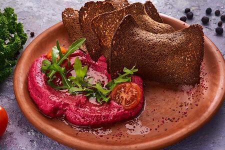 Хумус из свеклы с черными гренками и томатами черри