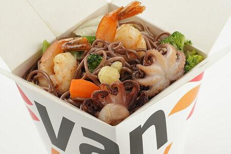 Гречневая лапша с креветками и осьминожками в соусе Пекин