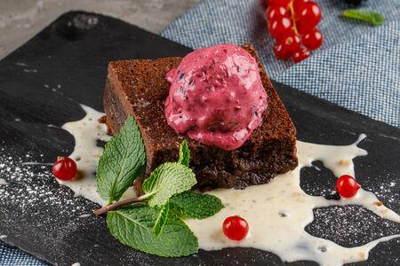 Шоколадный брауни с черносмородиновым мороженым