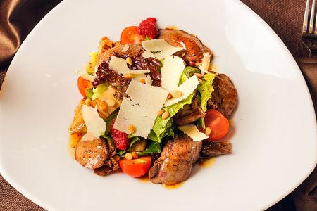 Салат с печенью кролика, белыми грибами, свежей малиной