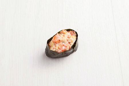 Гункан с лососем и соусом спайс