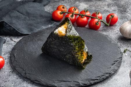 Пирожок японский Онигири с тунцом
