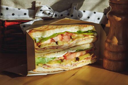 Сэндвич с беконом и жареным яйцом