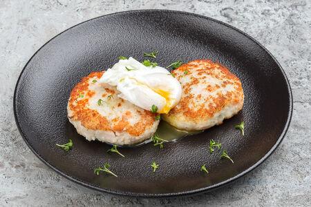Рыбные котлетки с яйцом-пашот