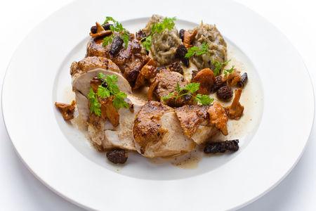 Цыпленок с лесными грибами и воздушным картофелем с трюфелями
