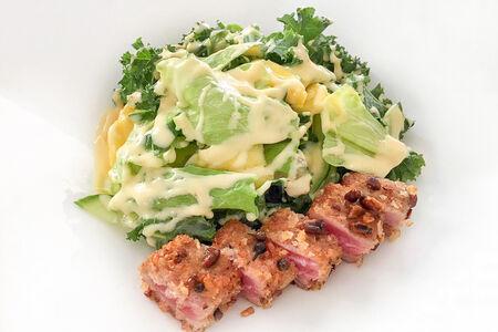 Микс-салат с тунцом и заправкой из пюре маракуйи
