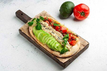 Фокача с хумусом, авокадо и помидорами