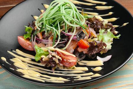 Салат с лососем, томатами и маслинами