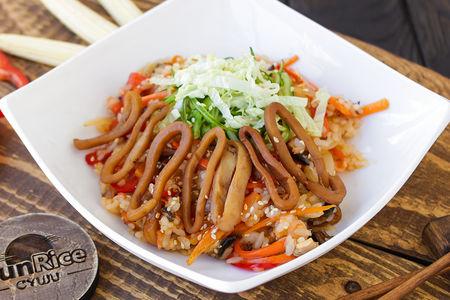 Рис с кальмаром