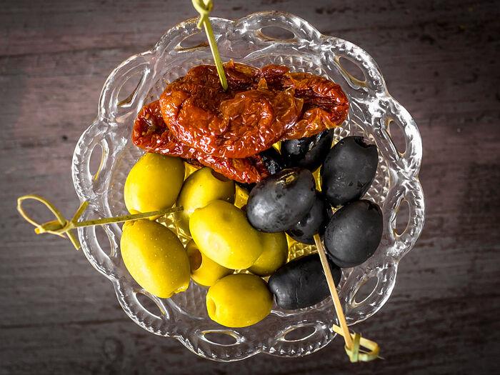 Вяленые томаты, оливки, маслины