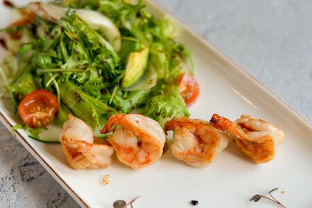 Салат с жареными креветками и авокадо