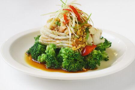 Салат из кальмаров с креветками и брокколи