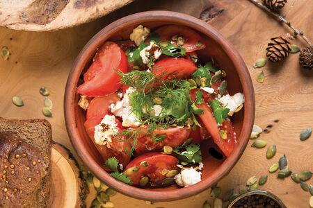 Спелые томаты с козьим сыром