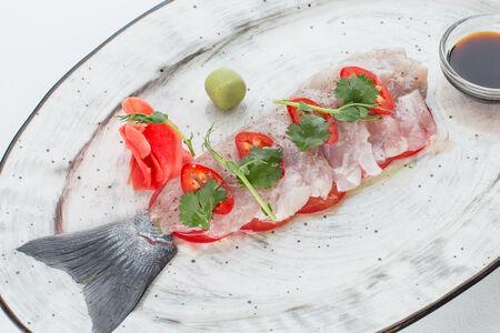 Севиче из сибаса с помидорами и кинзой