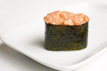 Гункан с лососем и спайс соусом