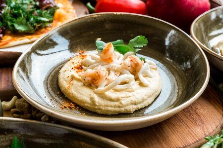 Хумус с пряными креветками и обжаренными кальмарами