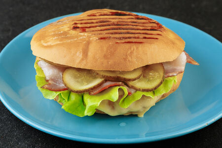 Сэндвич с беконом и сыром