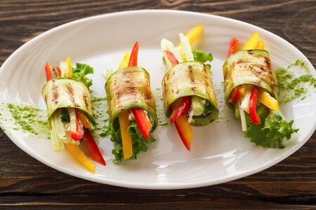 Рулетики из кабачков с овощами и сыром
