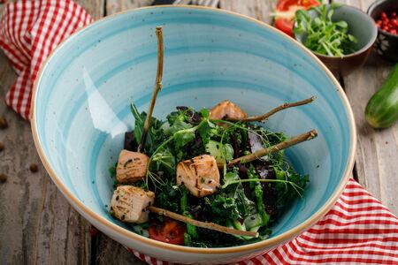 Салат с лососем и смородиной