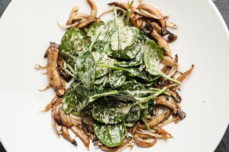 Теплый салат из вешенок и шпината