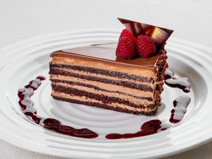 Шоколадный торт Bailey's с черничным соусом