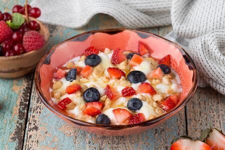 Мацони от Нато с медом и свежими ягодами