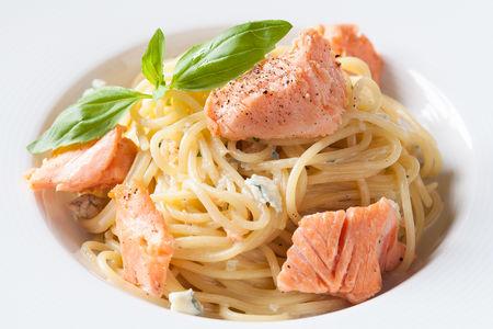 Спагетти с лососем и соусом Блю чиз
