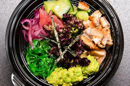 Поке с листьями салата и угрем