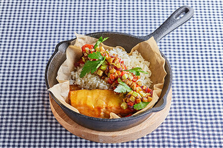 Запеченый кижуч в горчично-медовом соусе с рисом и овощами