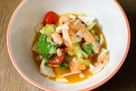 Севиче из лосося, креветок и маракуйи с лаймом
