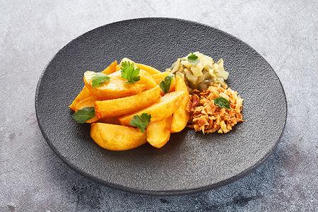 Картофель запеченный, соленые огурцы, лук-фри и зелень