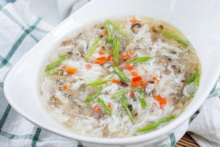 Суп с грибами шиитаке, свининой и яйцом