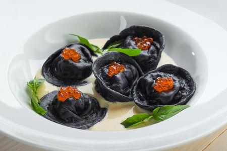 Бархатные черные пельмени с судаком