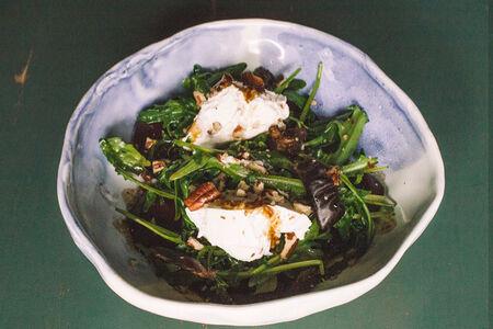 Салат со свеклой и мягким сыром