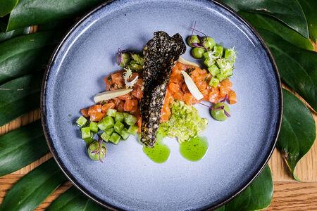 Тартар из лосося с муссом из авокадо и артишоков с соусом из трав