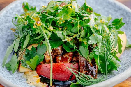 Салат из печени кролика с летними травами