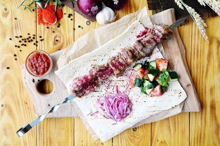 Шашлык из свинины с салатом из свежих овощей