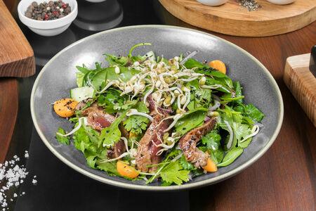 Салат с острым мясом, люцерной и кинзой