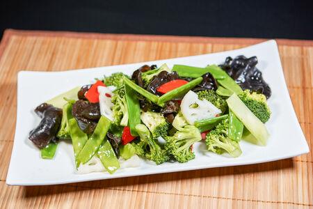 Молодые овощи на вок