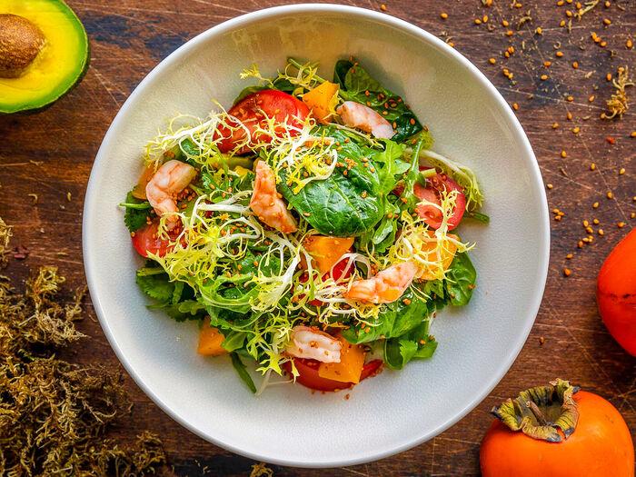 Салат из авокадо, креветок и хурмы