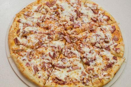 Пицца с окороком и сервелатом