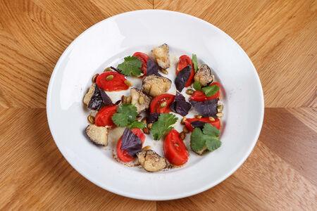 Салат из помидоров и печёных баклажанов