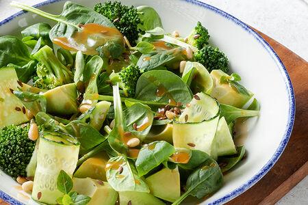 Авокадо, шпинат и брокколи с кедровыми орехами под цитрусовой заправкой